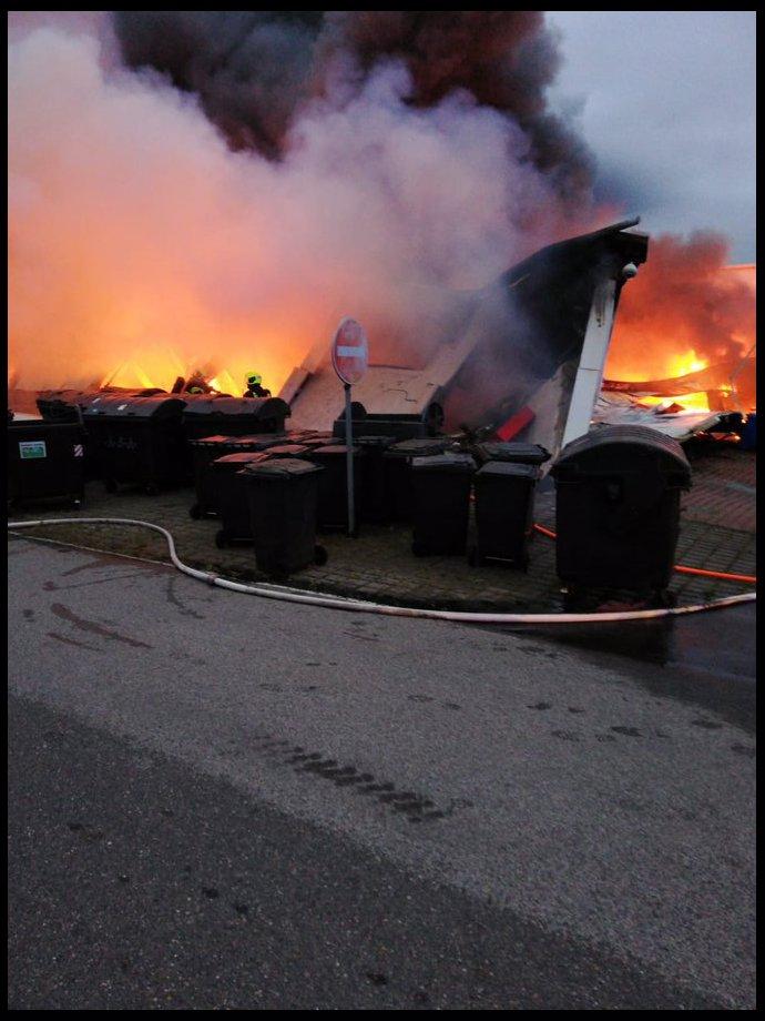 Ničivý požár v pražských Letňanech: Byl vidět desítky kilometrů, většina haly se zřítila