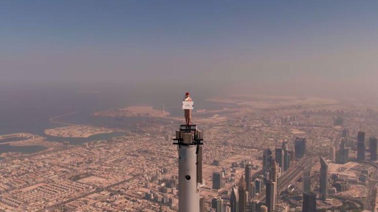Adrenalinová reklama Emirates: Letuška stojí na nejvyšší budově světa