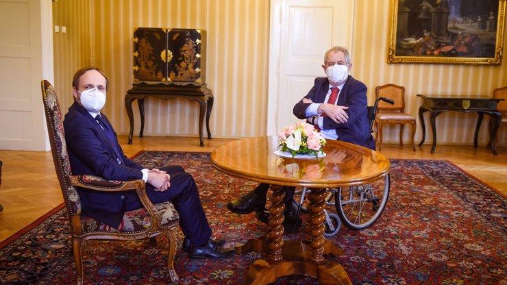 Manévry na ministerstvech pokračují: Zeman na vozíku přijal budoucího šéfa zahraničí