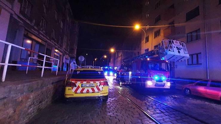 Tragický požár v Praze: V hořícím bytě zemřeli dva lidé a pes