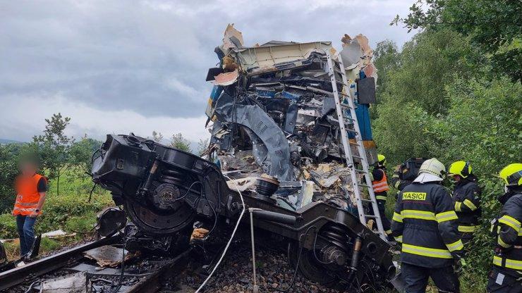 Horor na kolejích: Vlakové neštěstí na Domažlicku má 3 oběti, strojvedoucího to slisovalo