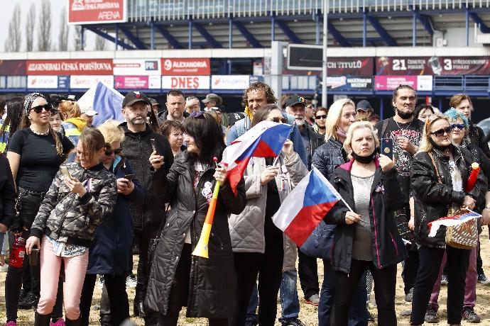 Protesty obrazem: Bugr na Letné a Střeleckém ostrově, lidé odhodili roušky