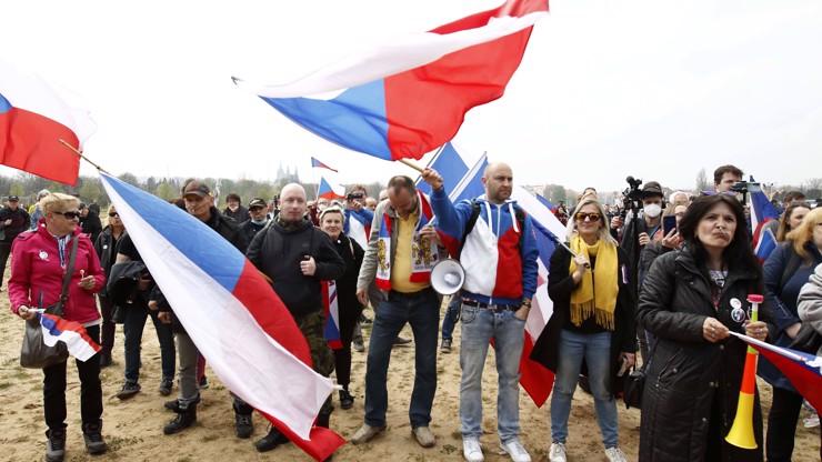 Májové protesty obrazem: Bugr na Letné a Střeláku, lidé odhodili roušky