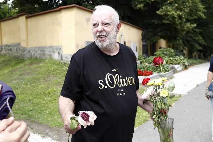 To je krrrrása, milánkové: Dan Nekonečný má konečně důstojný slunečný hrob, jeho lásky plakaly