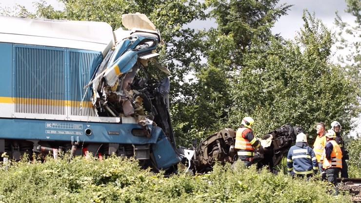 Vlaková tragédie obrazem: Slisované lokomotivy, tři mrtví a desítky zraněných