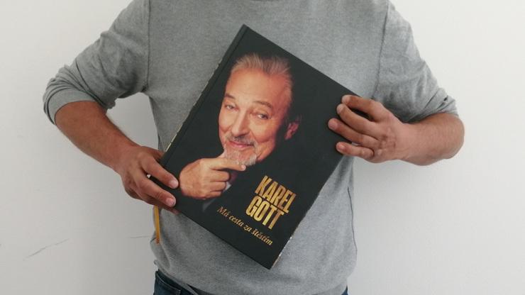 Autobiografie o 700 stránkách váží přes tři kilogramy.