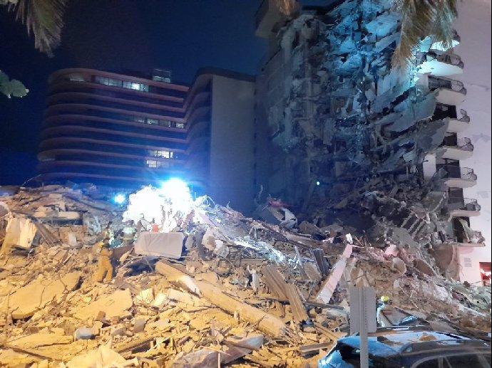 Video hrůzy: V Miami se zřítila část budovy. Z trosek se ozývá křik