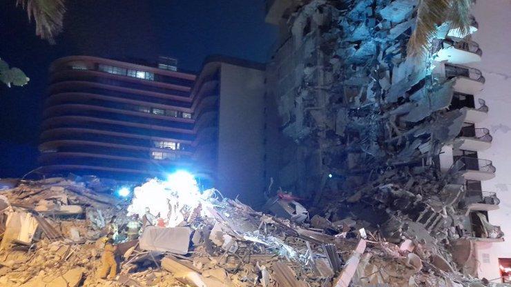 Hrozivé záběry: Záchranáři vyprostili jedenácté tělo ze sutin zřícené budovy. 150 lidí se stále pohřešuje