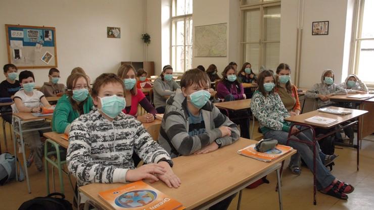 Roušky ve školách: Rodiče i učitelé si klepou na čelo, vláda o povinném zakrytí úst jedná