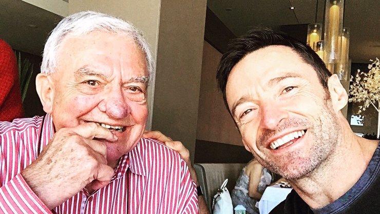 Hugh Jackman přišel v Den otců o tátu: Představitele Wolverina matka opustila v 8 letech