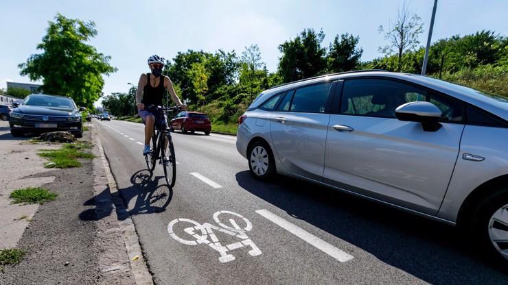 Sněmovna schválila novou vzdálenost pro předjíždění cyklistů: Řidiči se obávají velkého mrzení