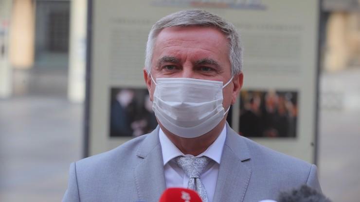 Politici odsoudili Mynářovo vystoupení: Smutná podívaná. Trestně stíhaný kancléř neřekl nic, zuří