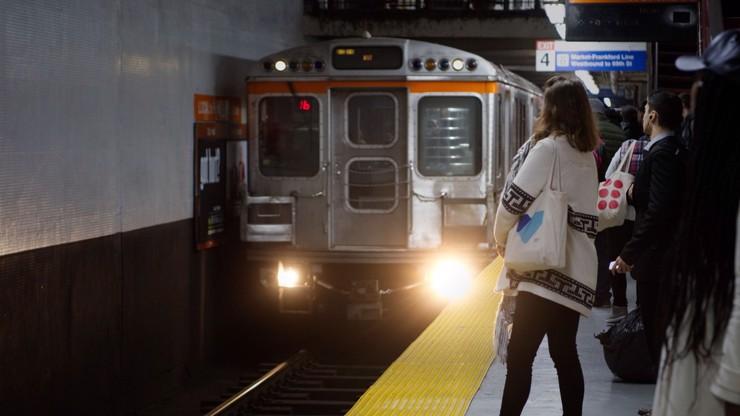 Muž brutálně znásilňoval ženu v metru. Ostatní pouze přihlíželi a natáčeli si to