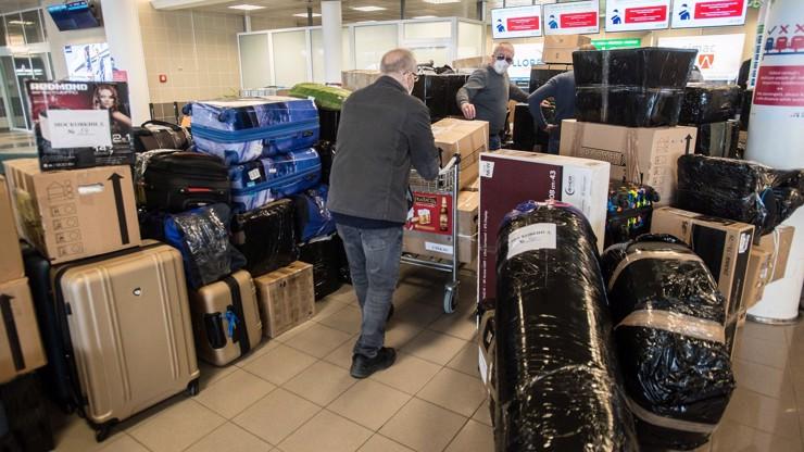 Diplomatický exodus obrazem: Takhle si balila kufry ruská ambasáda