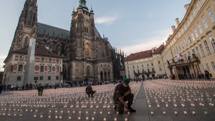 Ostudná pietní akce na Pražském hradě: 420 kilogramů plastových kelímků za 130 tisíc
