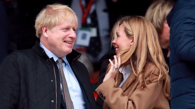 A je ruka v rukávě: Dámy, fešák Boris Johnson se tajně oženil