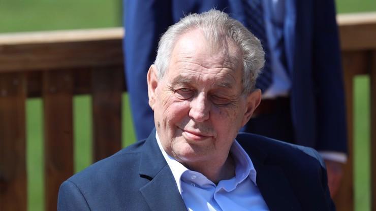 Úsměv a mávat: Miloš Zeman byl propuštěn z nemocnice, při odjezdu pozdravil novináře