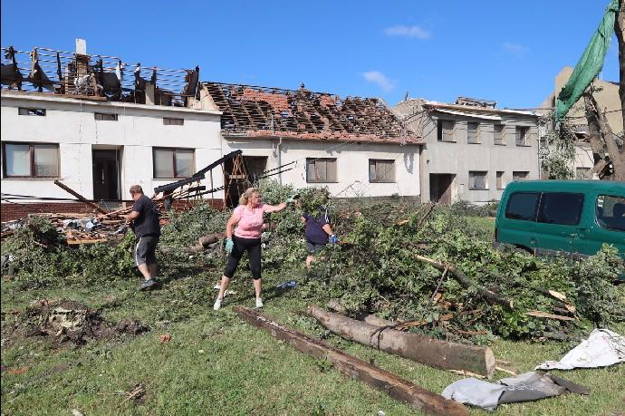 Katastrofické následky tornáda: Nejmíň 60 domů na Moravě musí jít k zemi