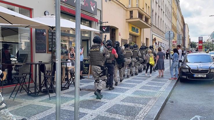 Svědectví z místa střelby v Praze: Do prodejny vtrhli ozbrojení policisté, byl to mumraj, říká prodavačka