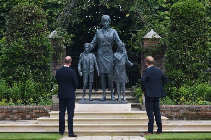 Princ Harry píše výbušnou knihu o královské rodině. Co v ní bude?