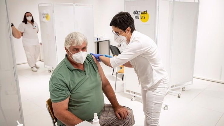 Zatím je to plichta: Dokončené očkování má v Česku  5 milionů lidí, tedy asi polovina národa