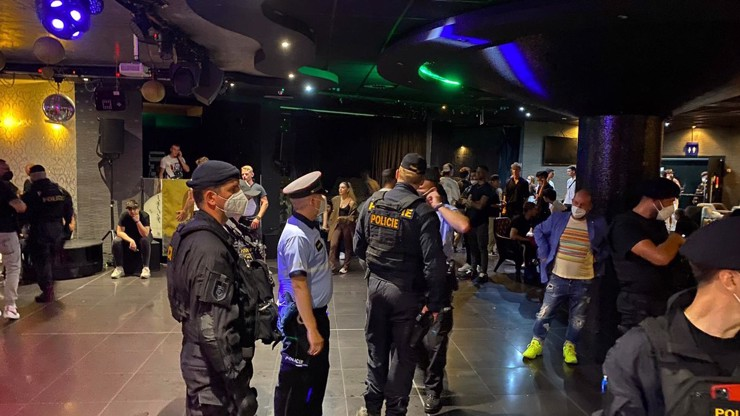 Manévry v pražských klubech: Policie narušila mladým zábavu a rozdala několik pokut