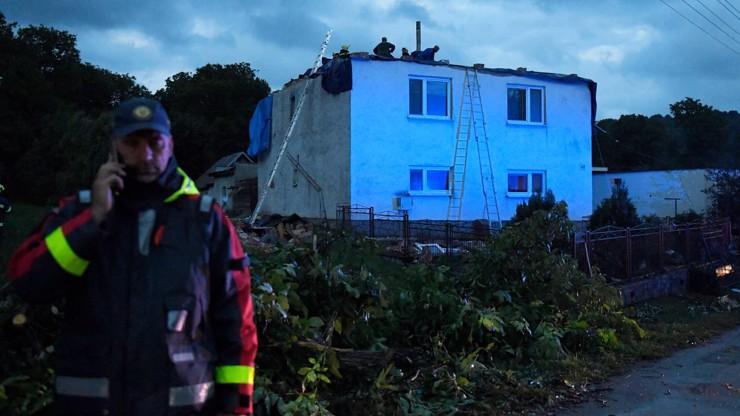 Zkáza na Slovensku obrazem: Vesnicemi se prohnalo tornádo, bralo střechy a ničilo zahrady