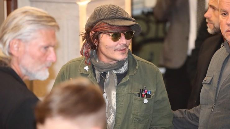 Johnny Depp byl při příjezdu do Varů velmi ležérně oblečený.
