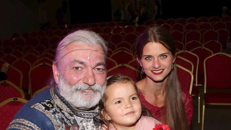 Robinson Daniel Hůlka: Na premiéru muzikálu vyvedl krásnou manželku a rozkošnou dceru Rozárku