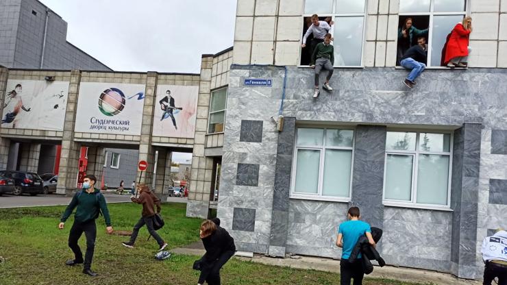 Masakr na univerzitě: Studenti skákali z oken. Na místě jsou mrtví