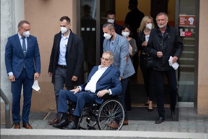 Prezident Miloš Zeman se pohybuje už jen na vozíku.