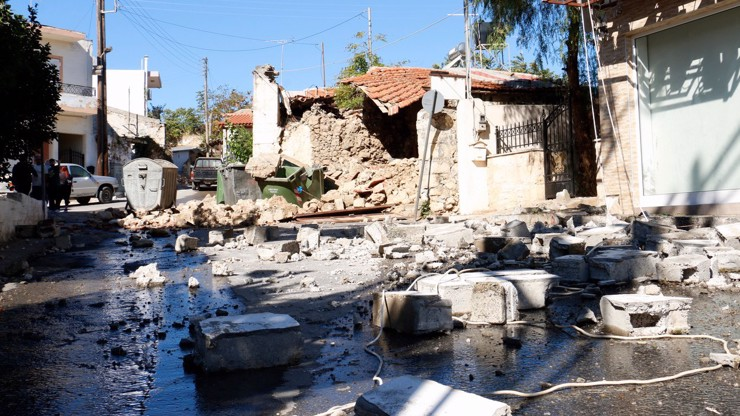 Silné zemětřesení na Krétě: Nejméně jeden mrtvý, záchranáři vyprošťují lidi z trosek