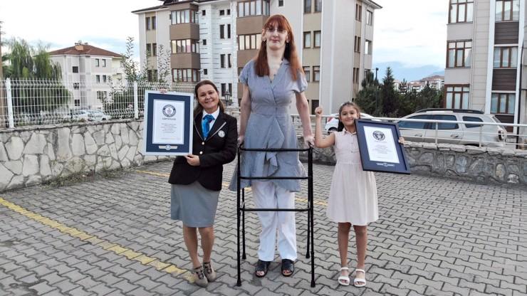Tohle je nejvyšší žena světa: Měří 215 centimetrů a pohybuje se na vozíku
