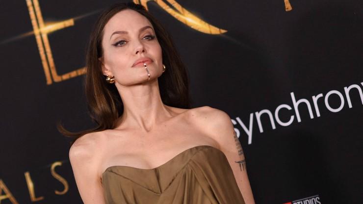 Kovová přezka přes pusu: Angelina Jolie zaujala nejen dětmi, ale i bizarním doplňkem