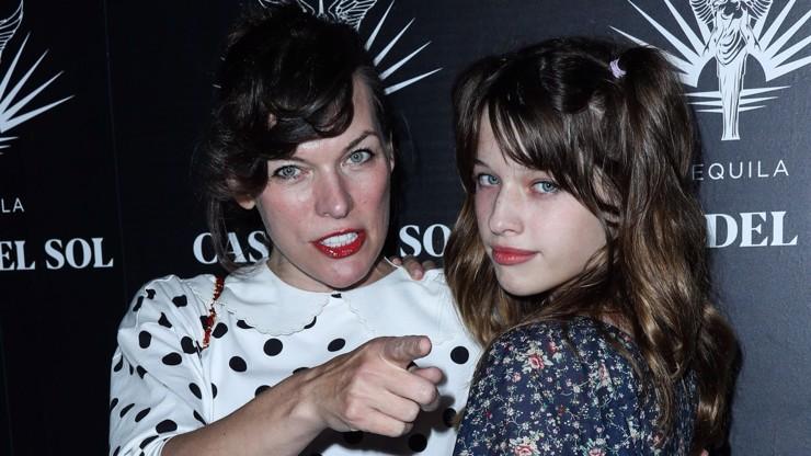 Najděte 10 rozdílů: Dcera Milly Jovovich je její věrná kopie