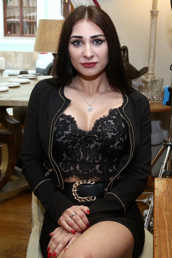 První večeře pohostí tuhle koketu: Olga se ráda hádá a hledá přísného muže