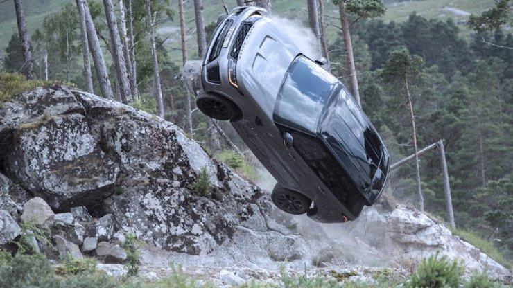 Pohled do zákulisí: Takhle trápili tvůrci Není čas zemřít luxusní auta za miliony korun