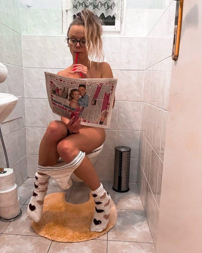 Romana ze Svateb už nemůže ukázat víc: Na záchodě se zvěčnila zcela nahá
