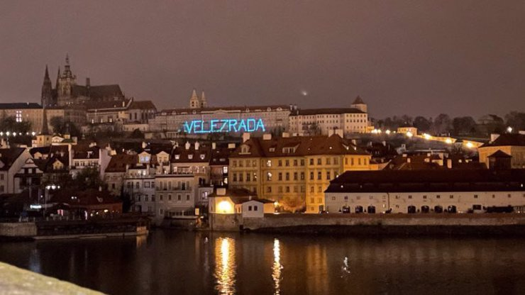 Velezrádce! Na Pražském hradě se objevil útočný nápis na Zemana