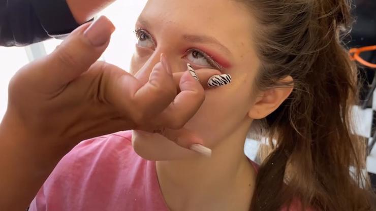 Nejbizarnější make-up internetu: Vizážistka zalepila zákaznici oči lepidlem!