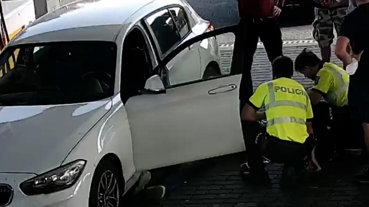 Záchrana života v přímém přenosu: Dálniční policisté oživovali řidiče