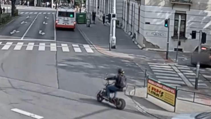 Záběry nehody v Brně: Muž spadl z elektromotorky, pak se s ní motal po chodníku