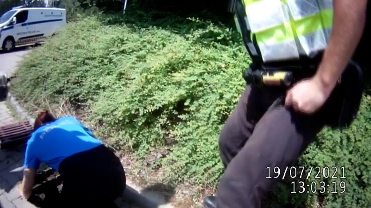 Nejroztomilejší záchranná akce v dějinách Brna: Odvážná strážnice se pro kachničky nechala spustit do kanálu