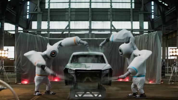 Dojemná reklama Škodovky boduje v Anglii. Roztomilí roboti sestaví elektroauto z lásky k přírodě