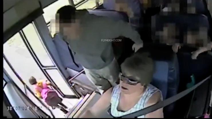 Děsivé video: Řidička autobusu přivřela holčičku (6) do dveří a táhla ji stovky metrů