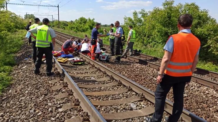 Tragédie na Den dětí: Třináctileté dívky se fotily na železniční trati, dvě z nich smetl vlak