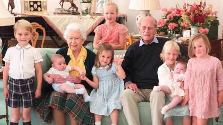 Princ Philip na dojemném snímku s pravnoučaty: Postarám se ti o babičku, slíbila vnučka