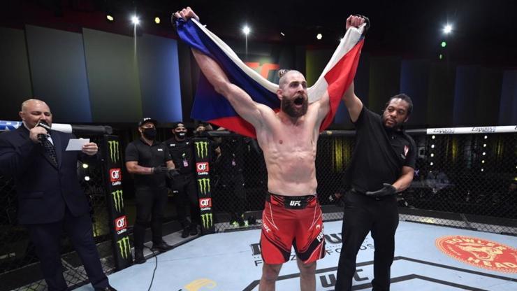 Jiří Denisa Procházka zboural UFC: Reyese královsky knockoutoval, přežil hroznou nálož