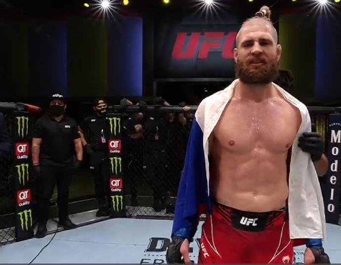 Podruhé v UFC a už za suveréna: Procházka sejmul Reyese loktem, přežil hroznou nálož