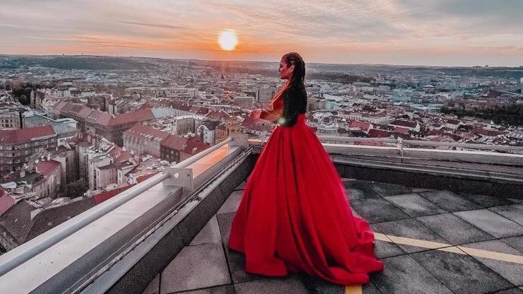 Rudá bohyně Ewa Farna vypadá božsky a jásá: Budu moderovat české Grammy!